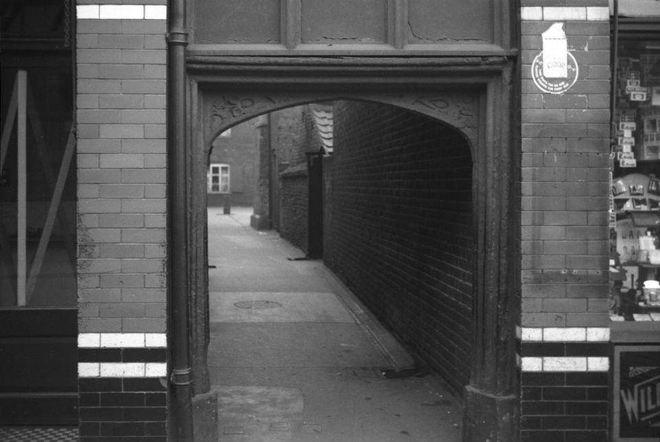 Magdalen St Bayfield's Yard Tudor archway [0515] 1935-05-05.jpg