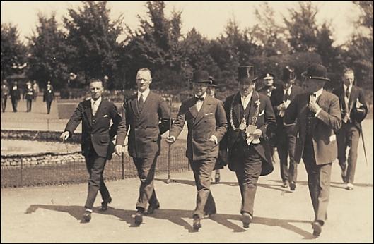 Pr-_of_Wales_arriving_1928_350.jpg
