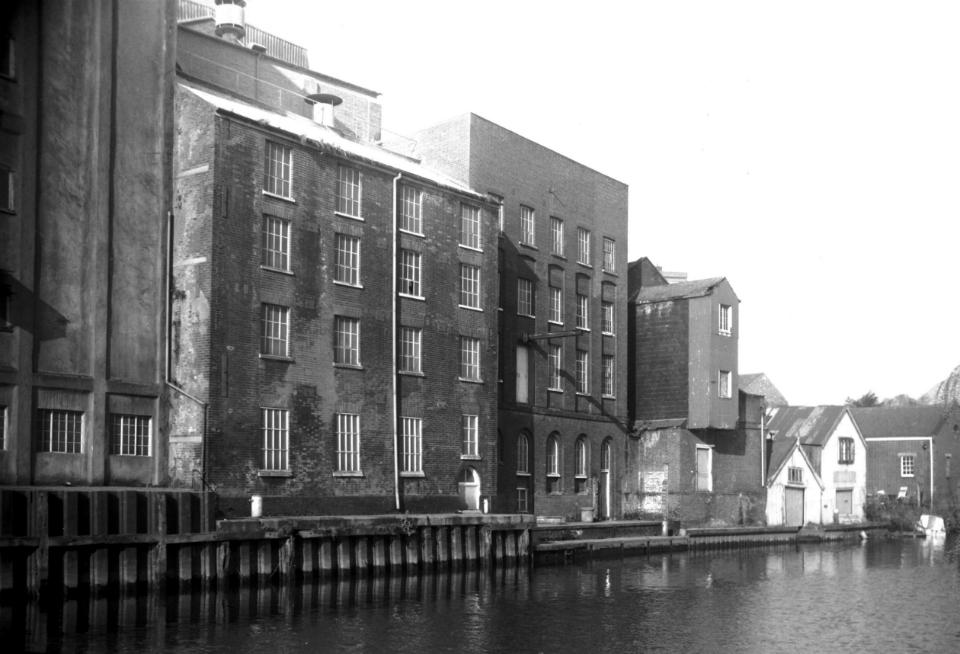 King St 237 Read's flour mills across river [6597] 1990-03-18 (1).jpg