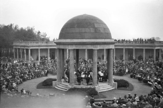Eaton Park band playing in bandstand [B290] 1932-05-16.jpg