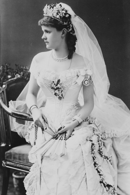 Princess_Helena_at_her_wedding,_1882.png