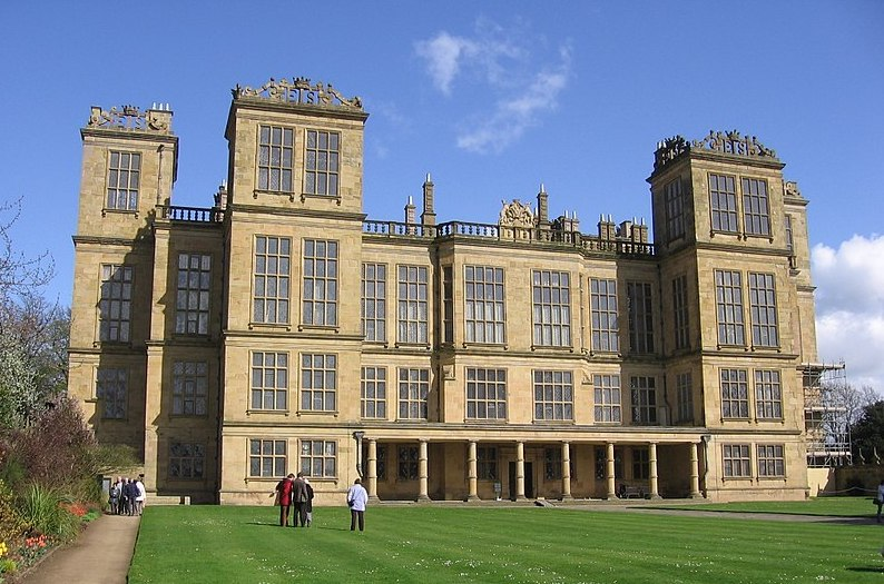 800px-Hardwick_Hall_in_Doe_Lea_-_Derbyshire.jpg